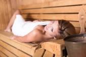 Lady v tradiční dřevěné sauny. — Stock fotografie
