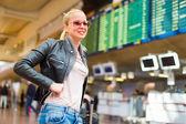 Viaggiatore femminile controllo scheda di partenze di volo. — Foto Stock