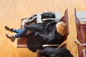 Unavená žena cestovatele čeká na odjezd. — Stock fotografie