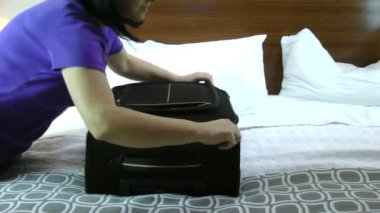Businesswoman packing in suitcase in hotel room — Stock Video
