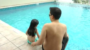 Father and daughter in the pool — Stock Video