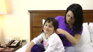 Woman brushing her daughter hair at home — Stock Video