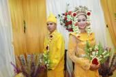 Casais noivas indonésios — Fotografia Stock