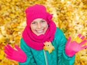 Cute girl with autumn leaves — Stock Photo