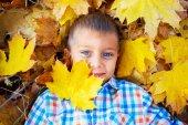 Cute boy in autumn park — Stockfoto