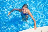 Glad tjej i poolen — Stockfoto