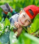 мальчик с лилиями долины — Стоковое фото