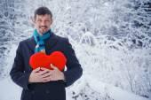 Человек Холдинг красное сердце. — Стоковое фото