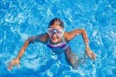 Holka v bazénu — Stock fotografie