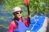 Chica cerca de un kayak en el río — Foto de Stock
