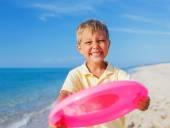 Boy playing frisbee — Stock Photo