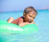 Niño jugando en el mar — Foto de Stock