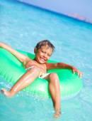 Chlapec hraje v moři — Stock fotografie