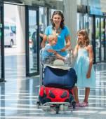 Rodziny na lotnisku — Zdjęcie stockowe