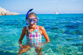 Girl snorkeling — Stock Photo