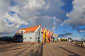 Big rainbow over colorful buildings in Zoutkamp — Stock Photo