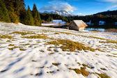 湖边的雪花高寒草甸间木屋 — 图库照片