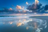 Cloudscape reflected in North sea waves — Foto Stock