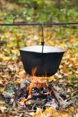 Preparing food on campfire — Stock Photo