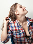 Kaukasische hipster meisje trekken uit haar pin — Stockfoto