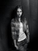 Monochromatyczne portret seksowny dziewczynka w kraciaste koszule — Zdjęcie stockowe