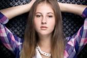 портрет красивой девушки в клетчатой рубашке с идеальной кожей — Стоковое фото