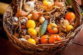 Big basket full of tomatoes, onions and cucumbers — Foto de Stock