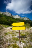 Signpost standing on route to high mountain — Stock Photo
