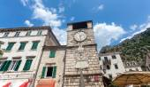 Stone tower clock in city of Kotor, Montenegro — Stock Photo