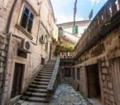 Panoramic photo of backyard of ancient house in Montenegro — Stock Photo