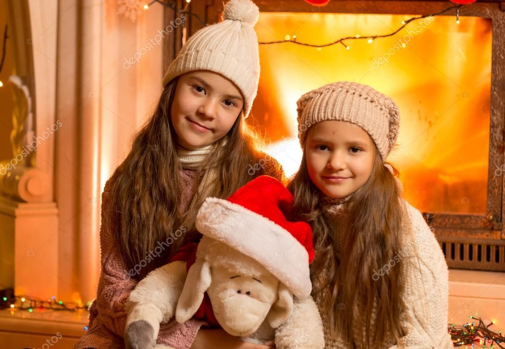две девушки сидящие у камина фото
