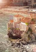 Old castle standing on high cliff at sea at sunny day — Fotografia Stock
