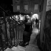 階段通りにセクシーな女性のモノクロ写真 — ストック写真