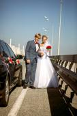 Newly married couple walking on highway at sunny day — Stock Photo
