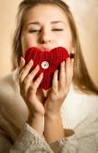 Portrait of woman blowing kiss and red heart — 图库照片