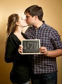 Coppie che baciano ed e cartello con dichiarazione d'amore — Foto Stock