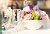 花で飾られた結婚式でテーブルのぼやけショット — ストック写真