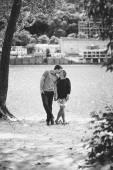 Foto blanco y negro de joven pareja en besos de amor en Río — Foto de Stock