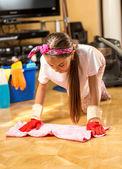 Dziewczyna pralka drewniana podłoga z tkaniny w salonie — Zdjęcie stockowe