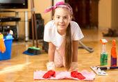 Ritratto della ragazza sorridente, pavimento in legno con panno di pulizia — Foto Stock
