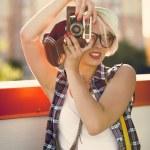 レトロなカメラで画像を作る若いブロンドの女の子の肖像画 — ストック写真 #80183030