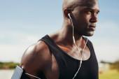 Vešel mladík nosit sluchátka — Stock fotografie