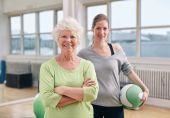 Donna maggiore al centro benessere con istruttore di ginnastica — Foto Stock