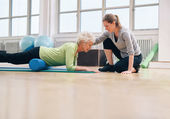 Physical therapist helping elderly woman in her workout — Stock Photo