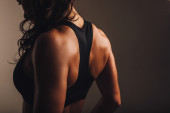 Muscular back of a woman in sportswear — 图库照片