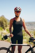 Preparando-se para o triathlon de ciclista feminina — Fotografia Stock