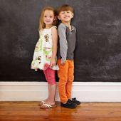 I bambini piccoli in piedi davanti alla lavagna — Foto Stock