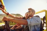 Frau Selfie auf Fahrt mit Mann — Stockfoto