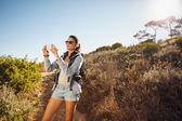 徒步旅行拍照与智能手机的女人 — 图库照片