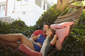 Jeune couple de détente sur un hamac — Photo
